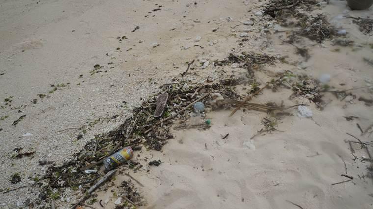 瀬底島のゴミ2
