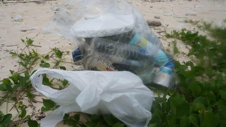 瀬底島のゴミ4
